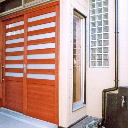 玄関扉を無機質から有機質へチェンジ