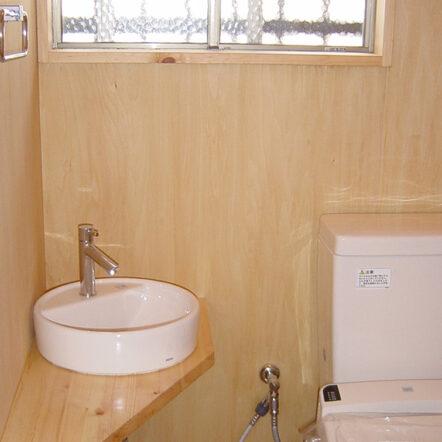 木の温もりあふれるトイレに
