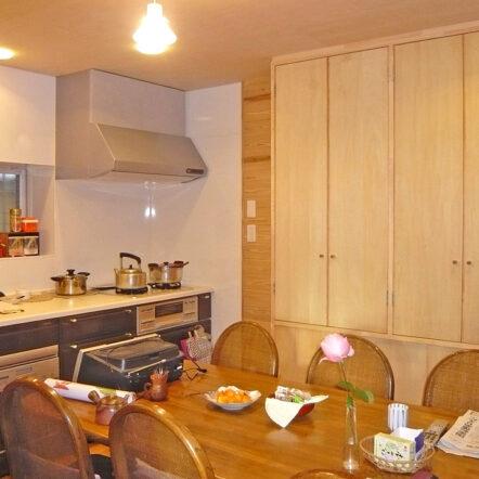 パッ!と明るく変身。造作棚と木に包まれたキッチン