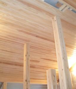 悠遊はうす ロフト天井の杉板
