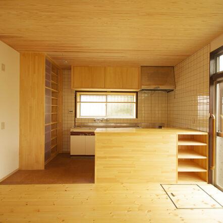昭和の趣は残し、既存の柱梁などを生かして木の温もりが心地良い空間に